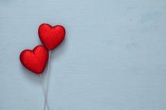 Couples des coeurs rouges de scintillement sur le fond en bois Photographie stock libre de droits
