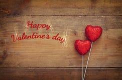 Couples des coeurs rouges de scintillement sur le fond en bois Photographie stock