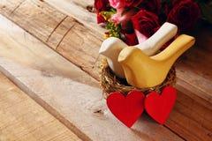 Couples des coeurs rouges et de deux oiseaux affectueux dans le nid Photo libre de droits