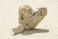 Couples des coeurs sur la plage de sable. Photographie stock libre de droits