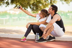 Couples des coureurs prenant un selfie Photo stock