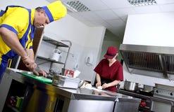 Couples des cuisiniers dans une cuisine de restaurant Photos libres de droits