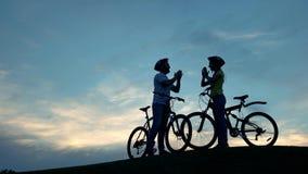 Couples des cyclistes battant des mains ensemble banque de vidéos