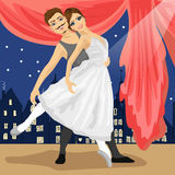 Couples des danseurs classiques posant au-dessus du paysage avec la ville de conte de fées Image stock
