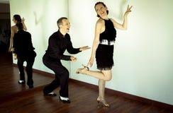 Couples des danseurs dansant des danses de latin photo libre de droits