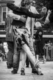 Couples des danseurs de tango sur le podium avec d'autres danseurs Images stock