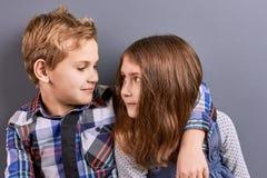Couples des enfants regardant l'un l'autre Images libres de droits