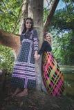 Couples des femmes de style de boho pendant le jour d'été en bois Image stock