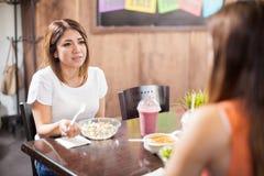 Couples des femmes parlant pendant le déjeuner Image stock