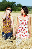 Couples des filles retenant des mains Photo stock
