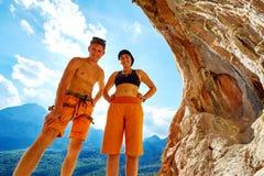 Couples des grimpeurs dans une caverne Photographie stock libre de droits
