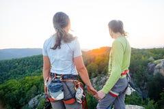 Couples des grimpeurs se reposant et appréciant la belle vue de nature Photo stock