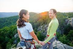 Couples des grimpeurs se reposant et appréciant la belle vue de nature Photographie stock