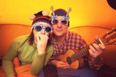Couples des hippies dans le voyage, homme avec la femme dans le glasse drôle Photo stock