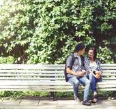 Couples des hippies de déplacement : se reposer sur le banc Photo libre de droits