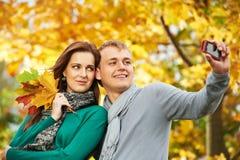 Couples des jeunes à l'automne à l'extérieur Images stock