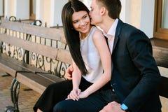 Couples des jeunes ayant l'amusement un jour d'été Images libres de droits