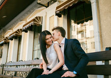 Couples des jeunes ayant l'amusement un jour d'été Photos libres de droits