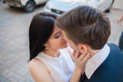 Couples des jeunes ayant l'amusement un jour d'été Images stock