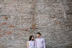 Couples des jeunes ayant l'amusement un jour d'été Image stock