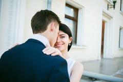 Couples des jeunes ayant l'amusement un jour d'été Image libre de droits