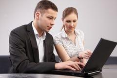 Couples des jeunes dans le toget fonctionnant de bureau Images libres de droits