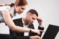 Couples des jeunes dans le toget fonctionnant de bureau Photo stock