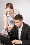 Couples des jeunes dans le toget fonctionnant de bureau Images stock