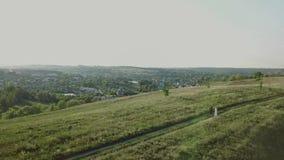 Couples des jeunes marchant le soir d'été de coucher du soleil dans la vue aérienne de champ banque de vidéos