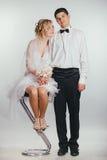 Couples des jeunes mariés couverts de voile Images stock
