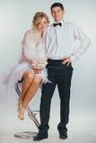 Couples des jeunes mariés couverts de voile Images libres de droits