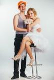 Couples des jeunes mariés dans le casque Image stock