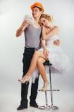 Couples des jeunes mariés dans le casque Photo stock