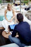 Couples des jeunes professionnels parlant pendant la pause, deux jeunes amis lors de la réunion Image libre de droits