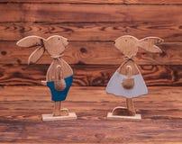 Couples des lapins en bois de Pâques Image stock