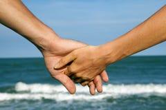 Couples des mains de la vue de mer Photo libre de droits
