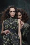 Couples des modèles dans l'uniforme kaki Image libre de droits