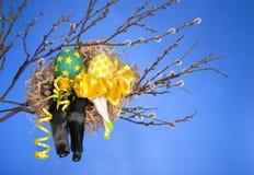 Couples des oeufs de pâques dans l'emboîtement d'oiseaux Photo stock