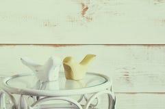 Couples des oiseaux en bois de décor sur la table de vintage Vintage filtré Photo stock