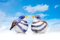 Couples des oiseaux en céramique de style chinois Photographie stock libre de droits