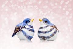 Couples des oiseaux en céramique de style chinois Images libres de droits