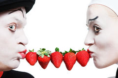 Couples des pantomimes avec la fraise sur un Ba blanc Photos libres de droits