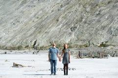 Couples des personnes affectueuses pour tenir des mains et le rêve Image libre de droits