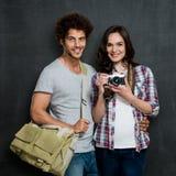 Couples des photographes avec l'appareil-photo de vintage photographie stock