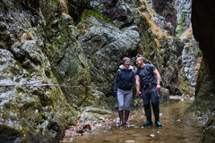 Couples des randonneurs dans le canyon Photographie stock libre de droits