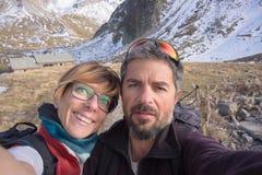 Couples des randonneurs prenant le selfie dans les Alpes Images stock