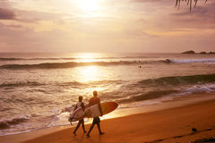 Couples des surfers Photographie stock