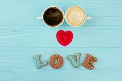 Couples des tasses avec du café et le cappuccino Photographie stock