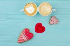 Couples des tasses blanches avec le cappuccino Image stock
