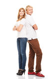 Couples des teenages heureux posant ensemble sur le blanc Photos stock